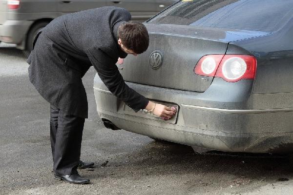 Лучше ехать на грязной машине, но с чистыми номерами, чем наоборот. Фото: Photoxpress