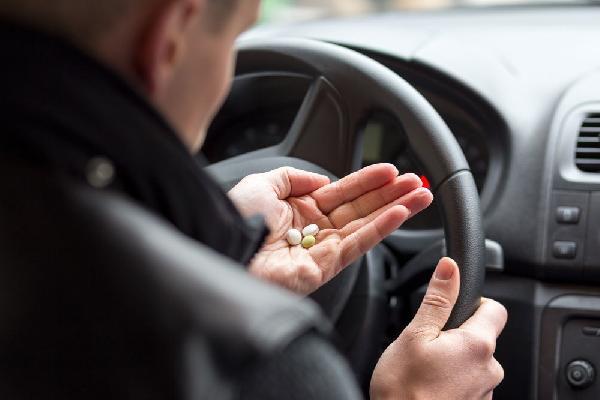 Законопослушный водитель, приняв лекарство, купленное в аптеке, рискует надолго лишиться прав.
